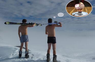Männer in Unterhosen mit Ski
